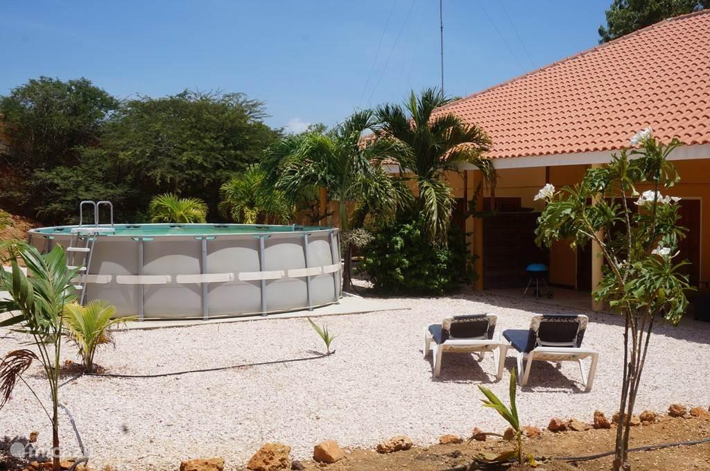 De tuinzijde van het linker appartement Bisina