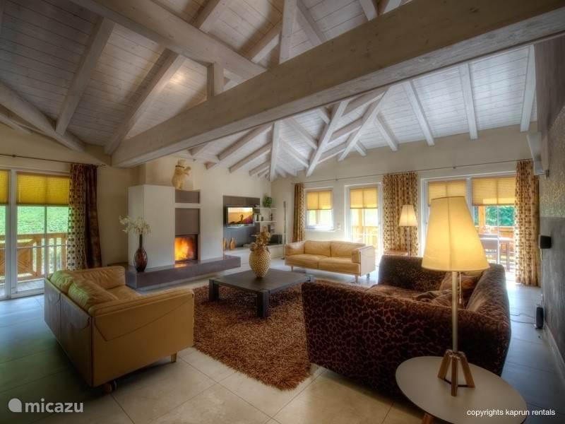 De living is het hart van het penthouse en gesitueerd om de grote open haard. De perfecte plek om gezamenlijk met uw vrienden of familie heerlijk te ontspannen.