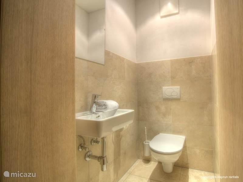 Vanuit drie slaapkamers heeft u direct toegang tot het balkon en een eigen badkamer. Er zijn twee separate toiletten en als klap op de vuurpijl is er ook nog een sauna aanwezig.q