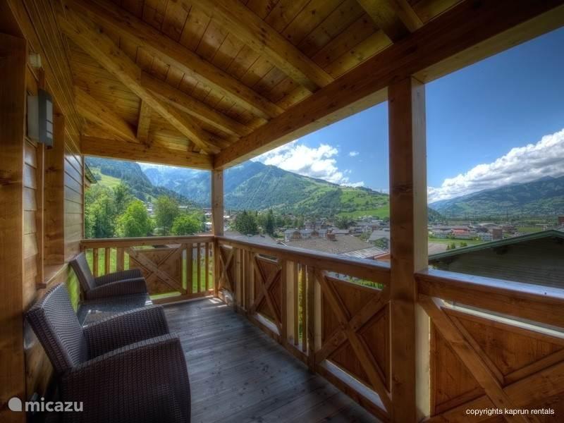 Het moderne, luxe penthouse heeft vier gigantische balkons waar u kunt genieten van de zon, de omliggende bergen, het dorp en een uit de 12e eeuw stammende burcht.