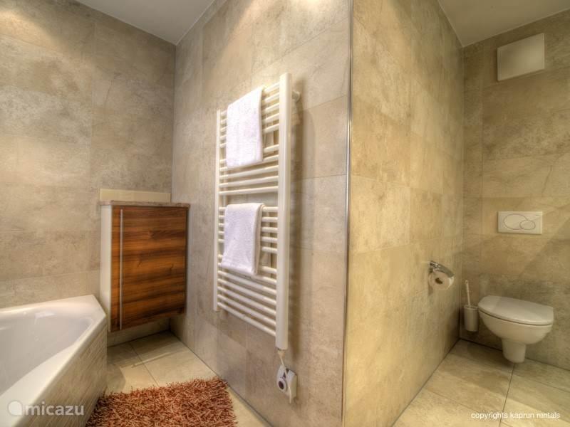 Vanuit drie slaapkamers heeft u direct toegang tot het balkon en een eigen badkamer. Er zijn twee separate toiletten en als klap op de vuurpijl is er ook nog een sauna aanwezig.