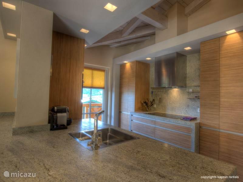 Het appartement is voorzien van een ruime luxe open keuken, waar alles aanwezig is om een heerlijk feestmaal te bereiden, waarna u deze kunt nuttigen aan de 8-10 persoons eettafel.