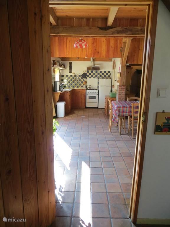 Vanuit de royale hal een doorkijkje naar de keuken