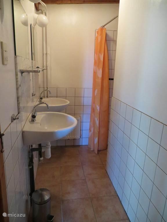 Goed verzorgde en zeer schone, aparte douche ruimte met 2 wastafels.