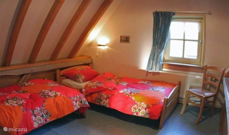 Een van de 2 slaapkamers boven.