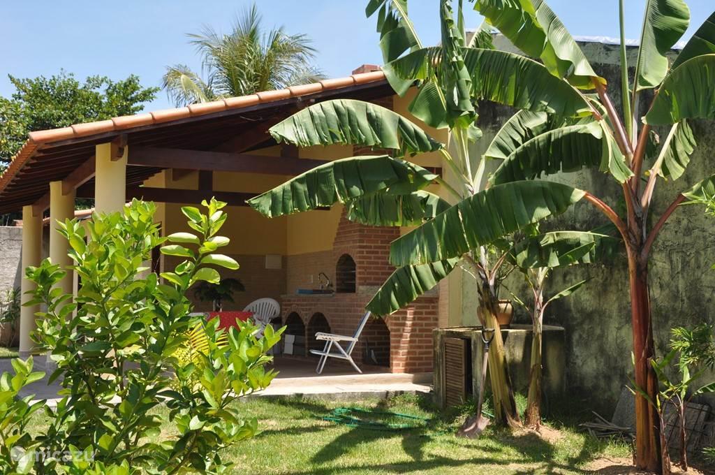 Bananenbomen en barbecuegedeelte