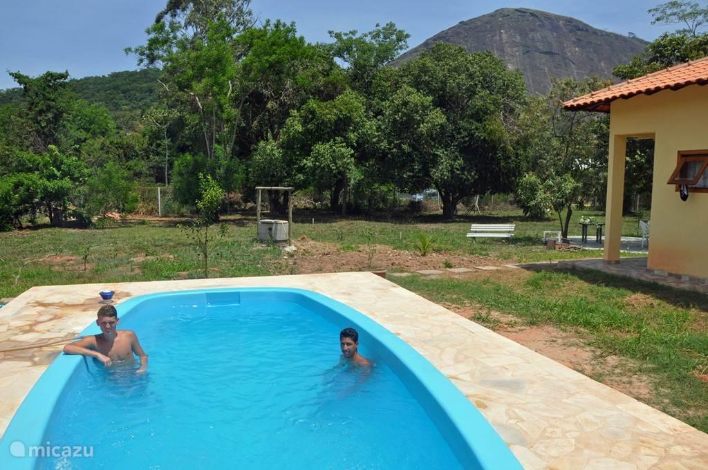 Zwembad en uitzicht op rots van Itaocaia.
