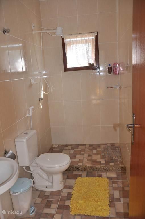 1 von 2 Badezimmer