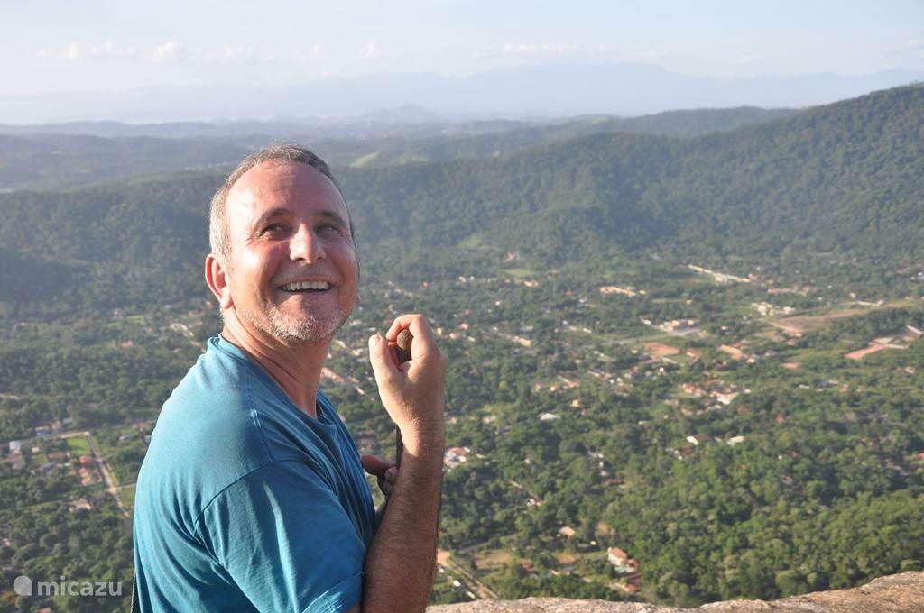 Buurman Marcos op de top van de Rots van Itaocaia.