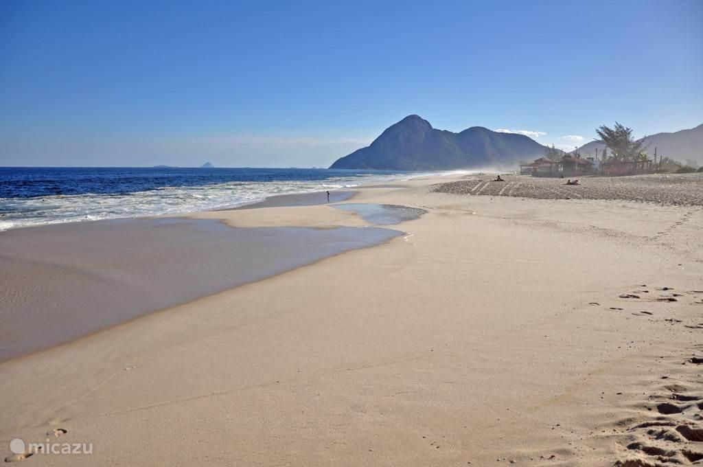 het strand van Itaipuaçu op 10 minuten rijden.