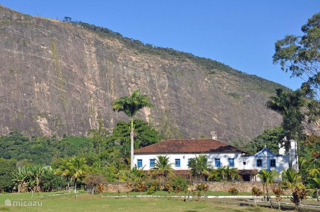 De Fazenda Itaocaia met de rots op de achtergrond.