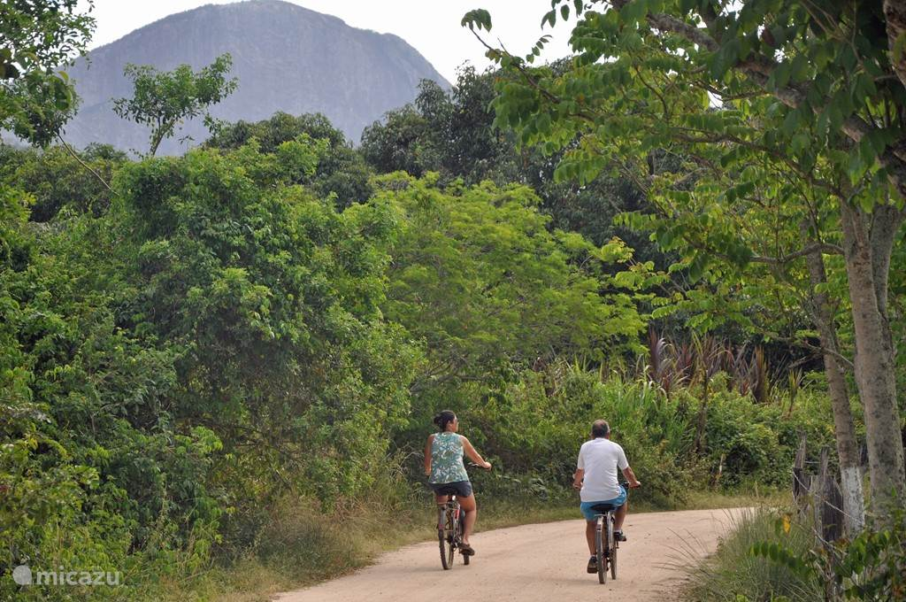 fietsen door de vallei en naar het strand.