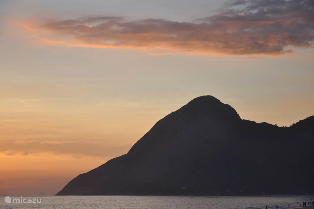 Zonsondergang bij de Rots van de Olifant vanaf het strand van Itaipuaçu, op 10 minuten metb de auto.