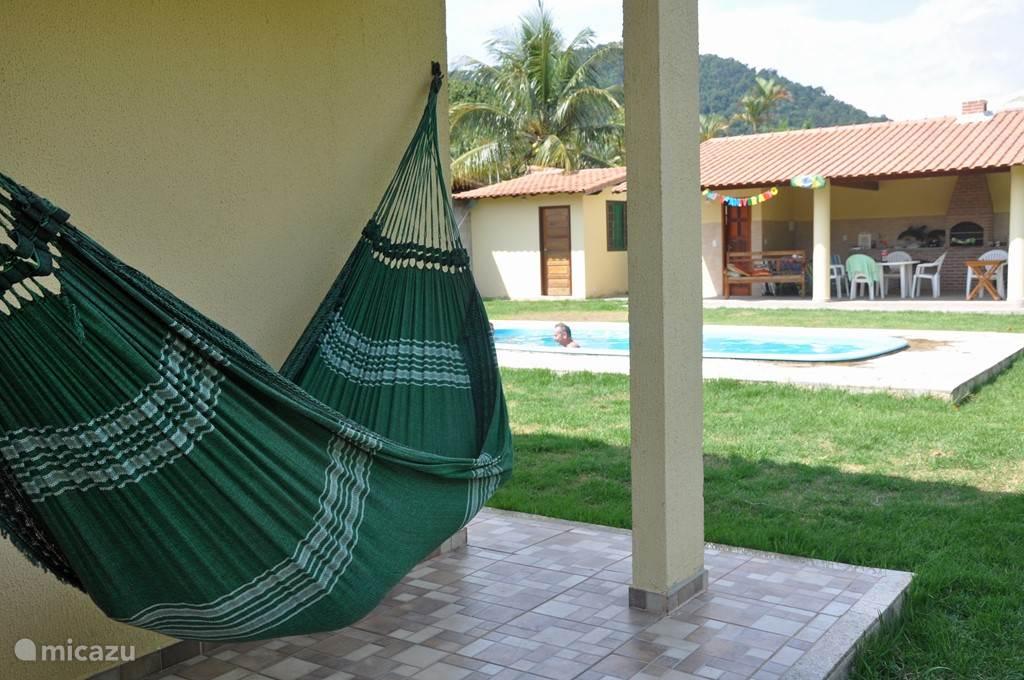 hangmat op veranda van suite