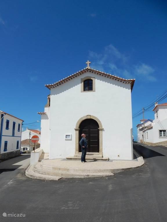 Kerkje in Ribamar. Pittoresk dorpje