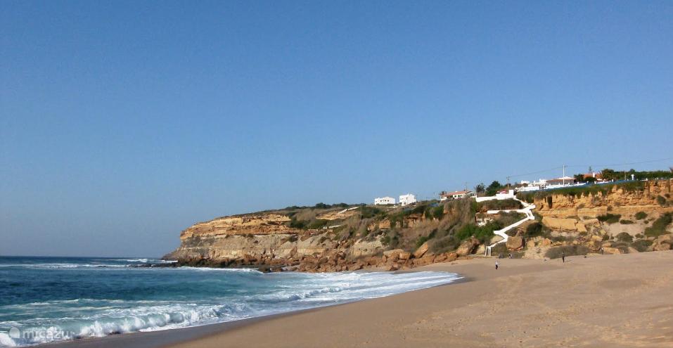 Praia de São Lourenço. 5 minuten met de auto, of 15 min. lopen berg af vanaf het huis. Beste pizzeria in de buurt van Ericeira is hier.