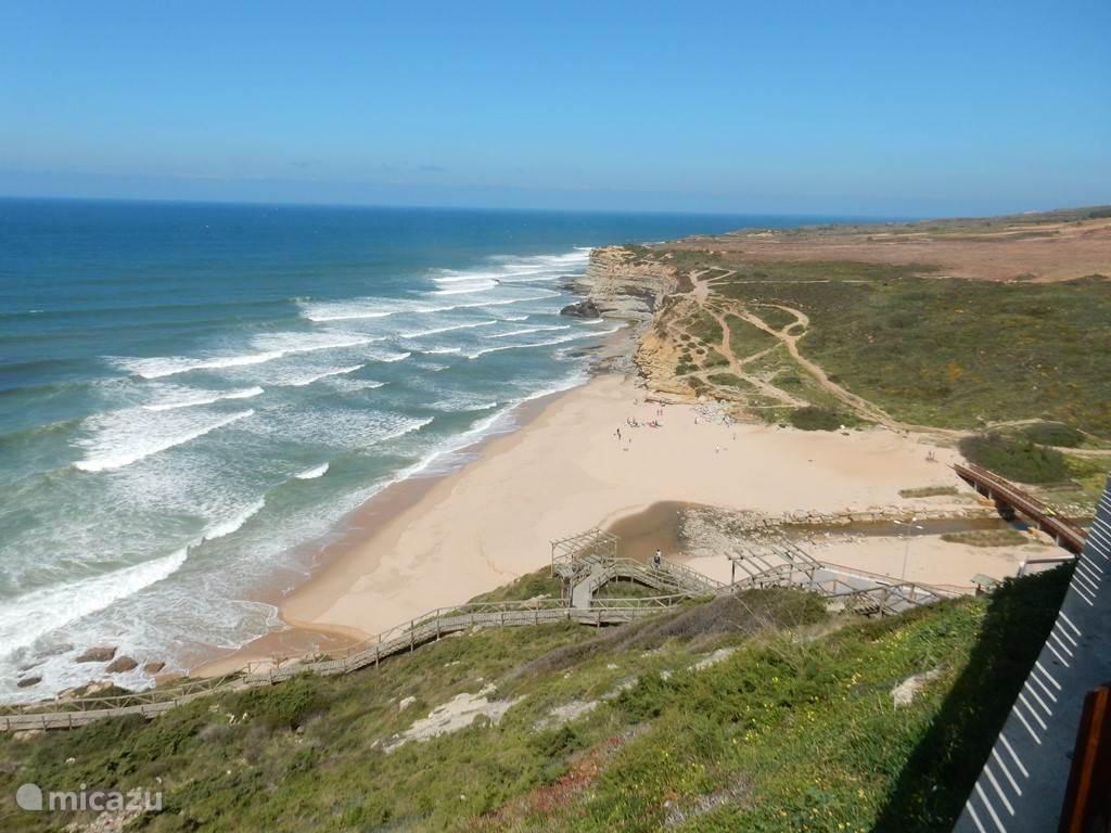 Praia D'Ilhas. 5 minuten met de auto. Prachtig uitzicht en heerlijk strand met restaurant/cafe