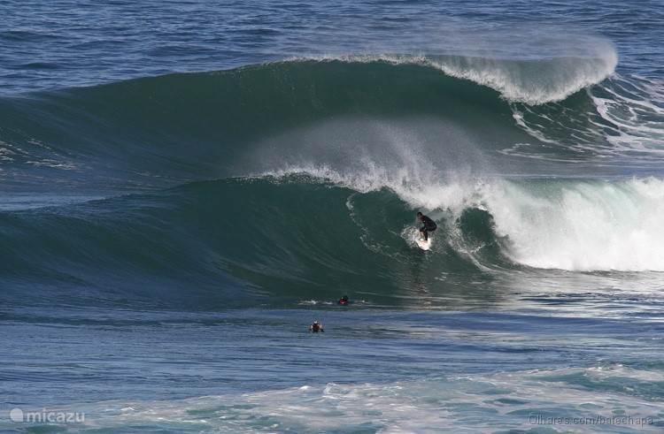 Geweldige golven bij Coxos surfspot beneden bij het huis aan de kust