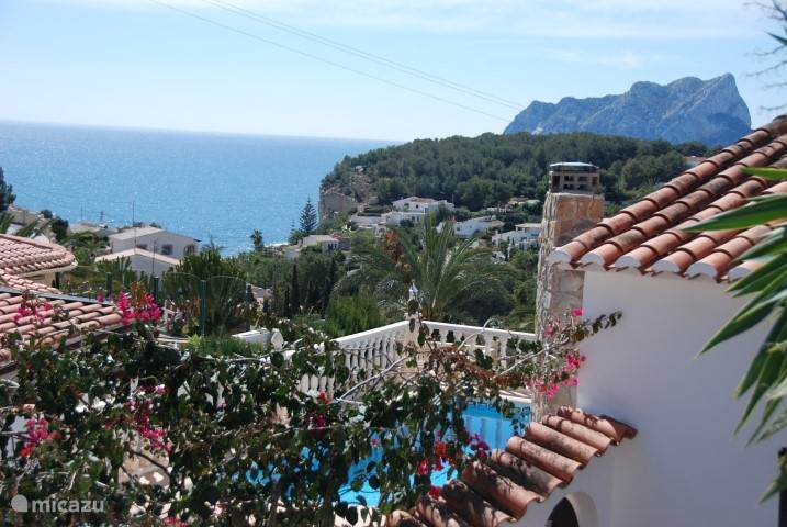 de villa met zwembad met prachtig uitzicht op zee en de rots van Calpe