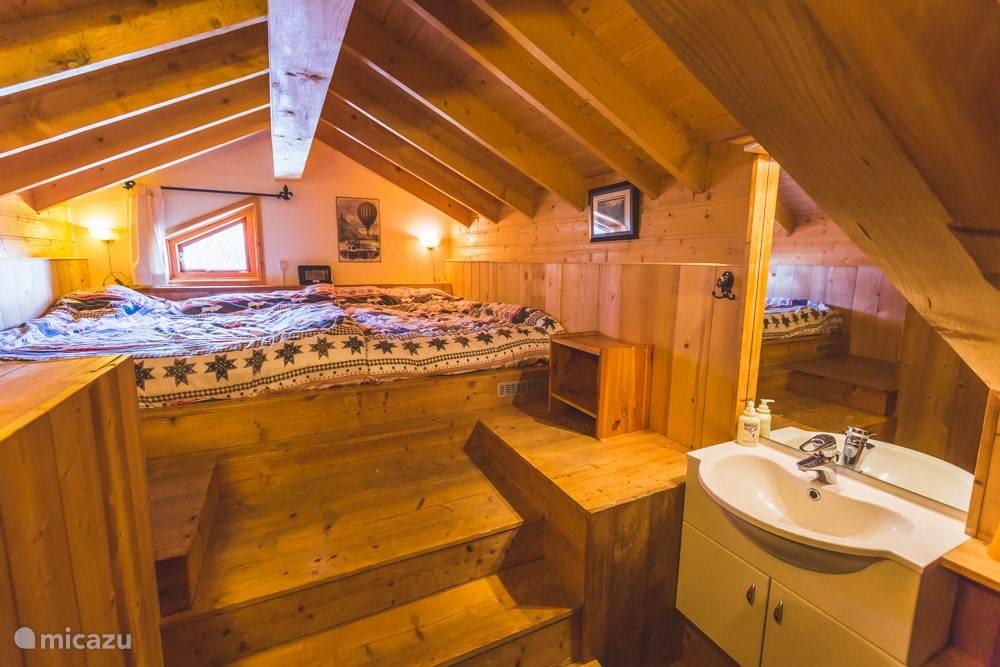 Boven de berging een vierpersoons slaapkamer