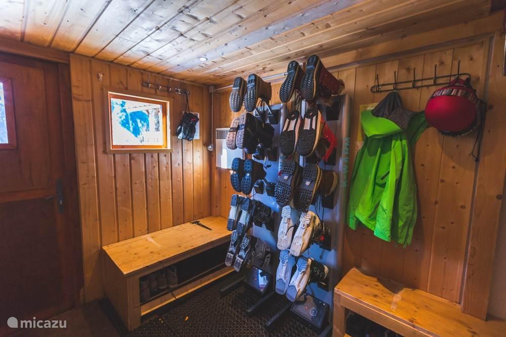 In de beneden berging ook skischoenwarmers