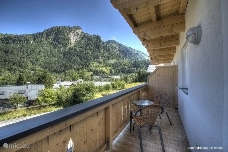 From the living room you have direct access to the balcony, from where you have a beautiful view over Kaprun, the Kitzsteinhorn and the surrounding mountains.