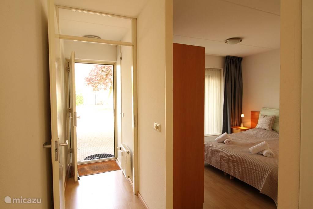 entree appartement 2A met direkt de slaapkamer