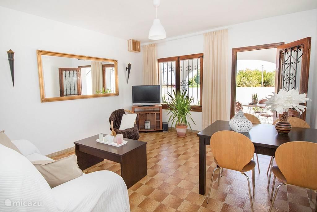 Een mooie verbinding met het terras vanuit de woonkamer van Del Sol