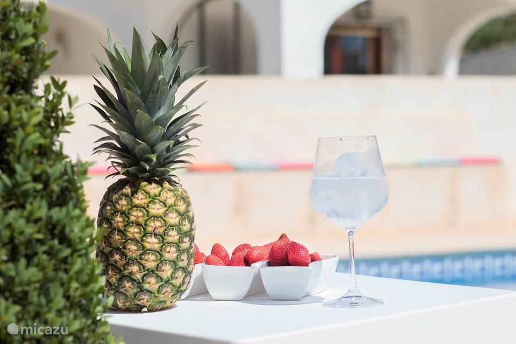 Geniet van een heerlijk drankje aan het zwembad