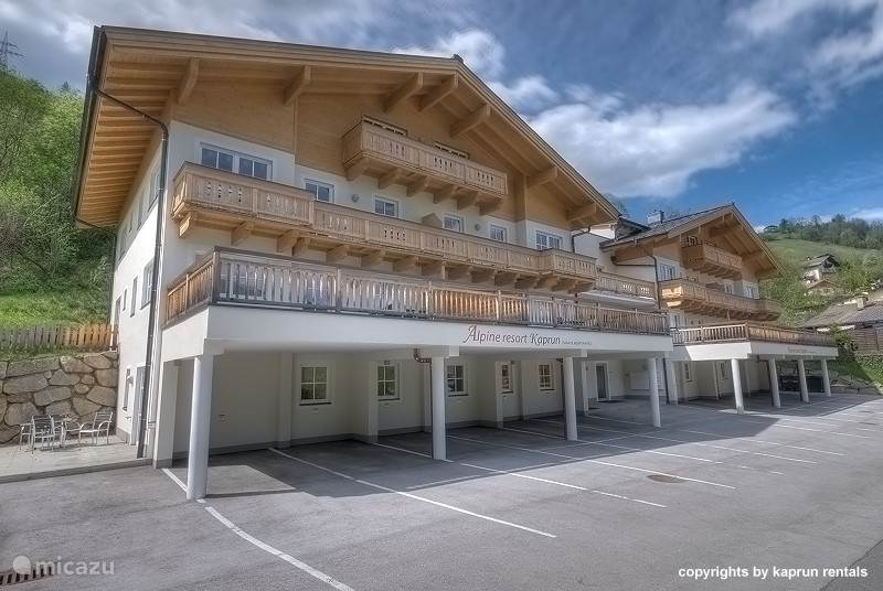 The Kaprun Alpine Resort is within walking distance of Kaprun, at the Maiskogel. In winter it is possible to ski almost right to the door! There is a private sauna, heated ski storage room and a laundry room with washer & dryer. For summer guests, there is also a bicycle storage room in the complex.