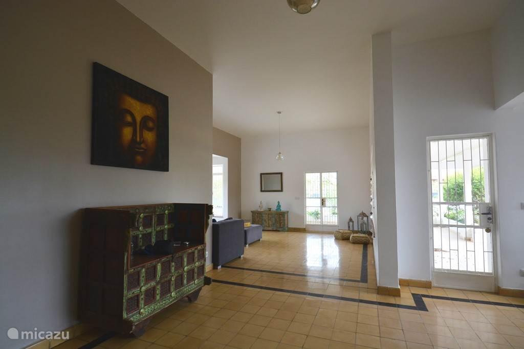 De woonkamer met zijn chique, authentieke vloer!