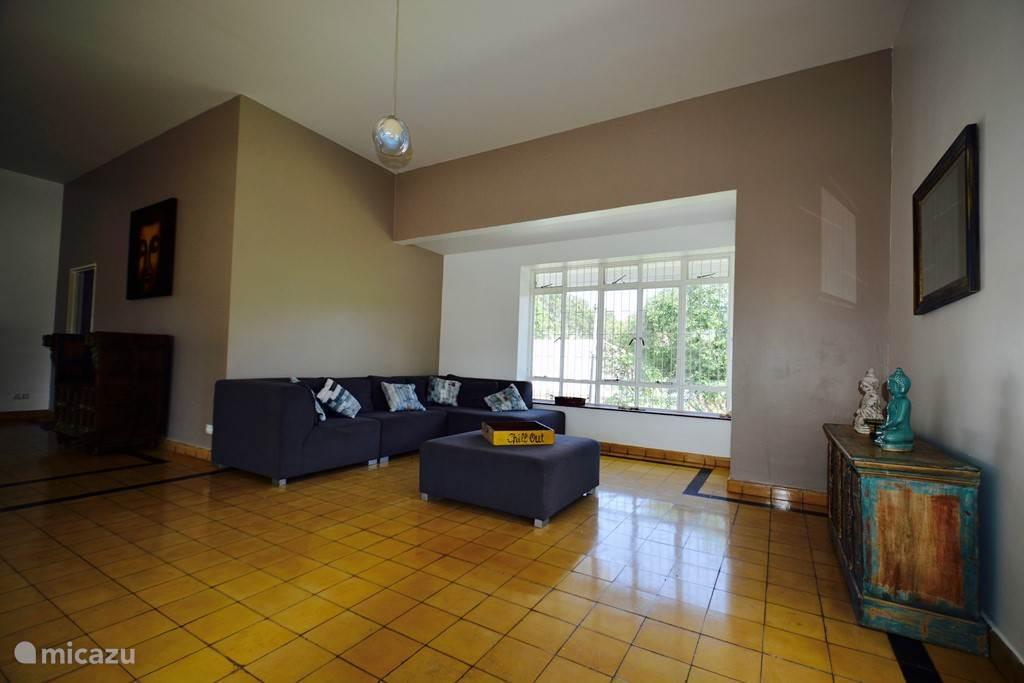 Zet de ramen in de woonkamer aan beide kanten open en je hebt een 'natuurlijke airconditioning'!