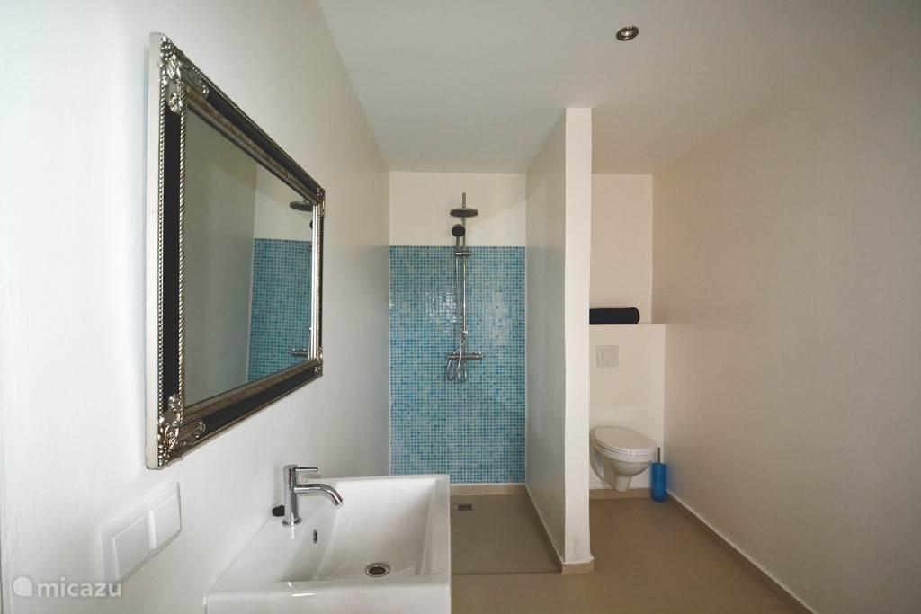 Grote badkamer Nr 1 die door slaapkamer Nr 1 en N2 wordt gedeeld!