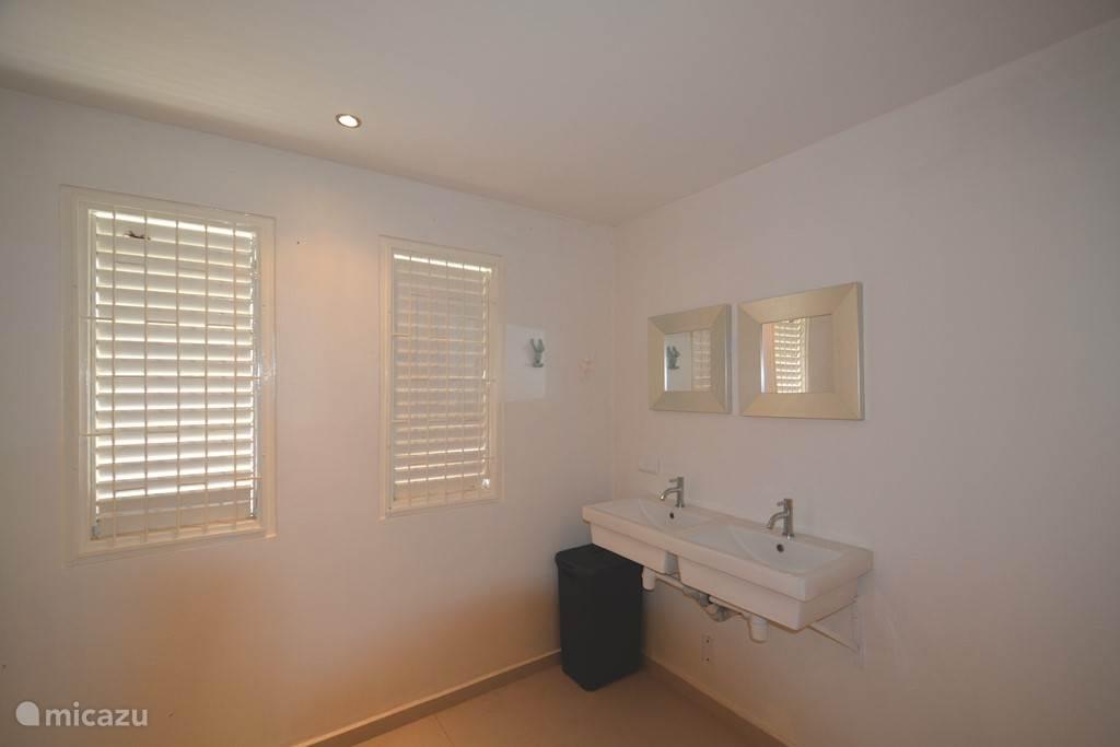 Grote badkamer Nr 3 is voor privé gebruik van slaapkamer Nr 4!