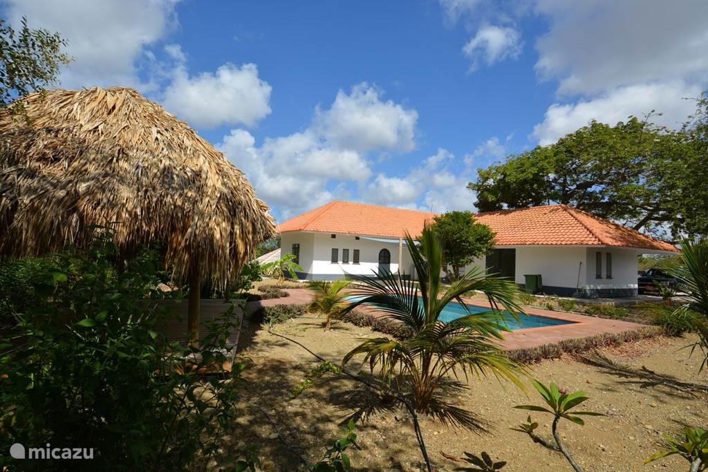 De villa, het zwembad en de tropische tuin liggen op een kale van 1.750 m2!