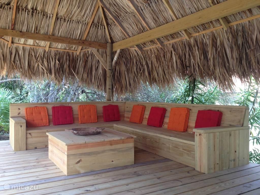 Vanonder de palapa is het voortreffelijk loungen naast het zwembad in de tropische tuin!