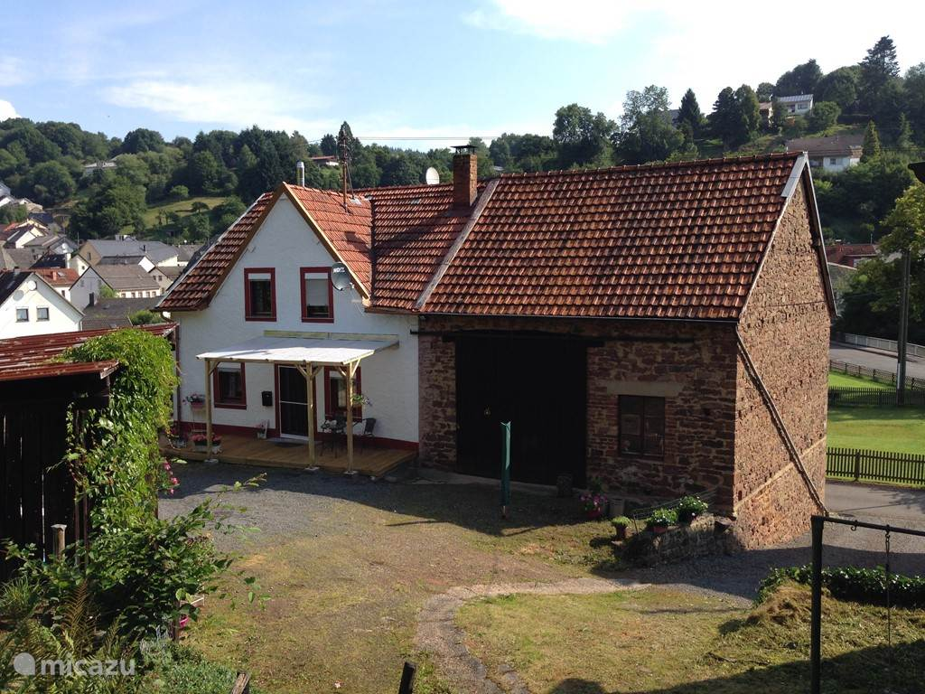 Your holiday in Eisenschmitt is a fully restored typical Eifel detached former farmhouse with lots of privacy from 1900. The yard faces south so you have plenty of daytime sunshine. Besides the holiday is still an enclosed garden.