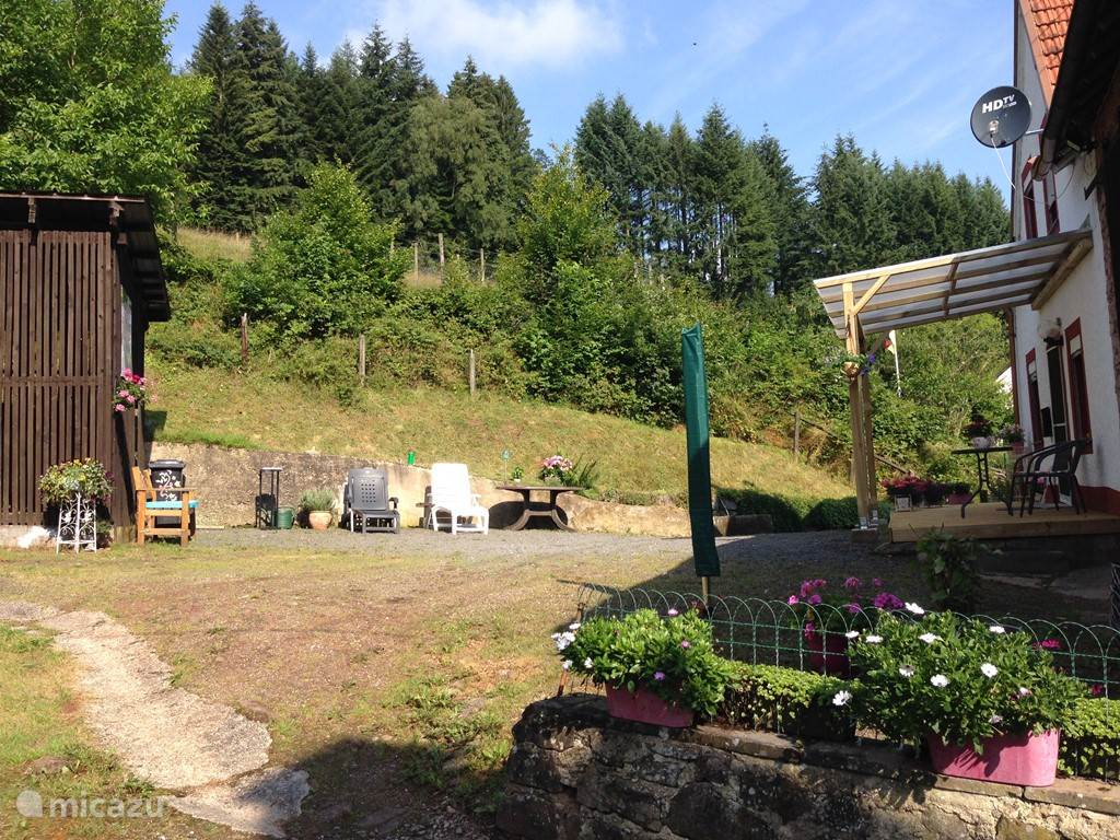 The yard is pretty south facing has its own entrance and exit with lots of privacy. In the yard are the woodshed and barn where the furniture is stored, where you can also optionally put your mountain bikes. In the yard you can park your car or motorcycle.