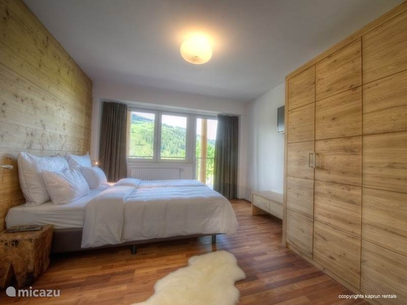 There are three bedrooms: two bedrooms with double beds and one with two single beds. Top4 has two bathrooms, one with bath and sauna which is directly accessible from the master bedroom. In the hall is a separate second toilet. The living room has a luxury 2 person sofa bed.