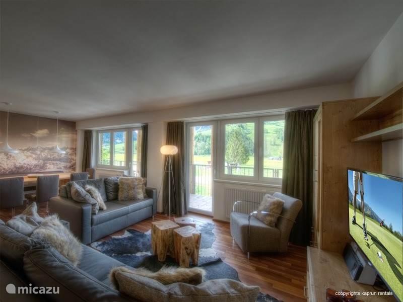 Het appartement is modern ingericht en heeft een warme sfeer door het gebruik van veel hout en natuurlijke materialen. De woonkamer is ruim opgezet met een grote open keuken, een gezellige eethoek waar u een schitterend panoramisch uitzicht heeft over de Maiskogel en de Kitzsteinhorn.