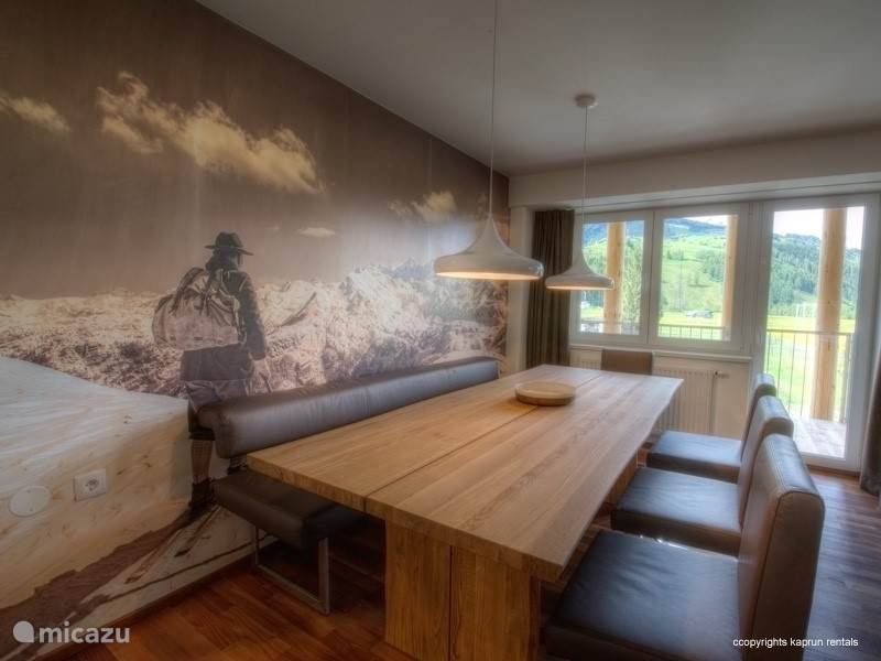 This apartment is modern furnished and has a warm atmosphere through the use of wood and natural materials. The living room is spacious with a large open kitchen and a cozy dining area from where you have a magnificent panoramic view over the Maiskogel and Kitzsteinhorn.