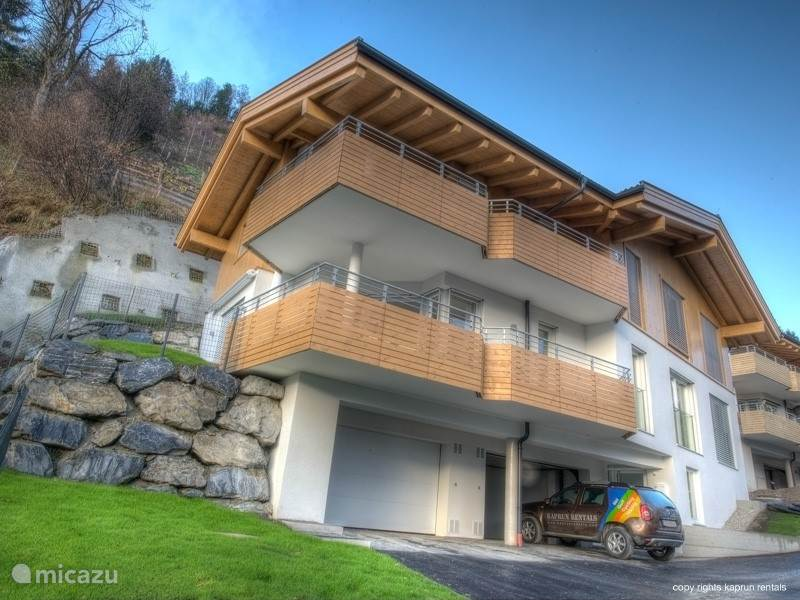 Residenz Kitzsteinhornblick is located on the mountain between Zell am See and Kaprun. From the living room and terraces you have a stunning view on the Kitzsteinhorn, the ski areas of Kaprun and the valley of Zell am See and Kaprun.