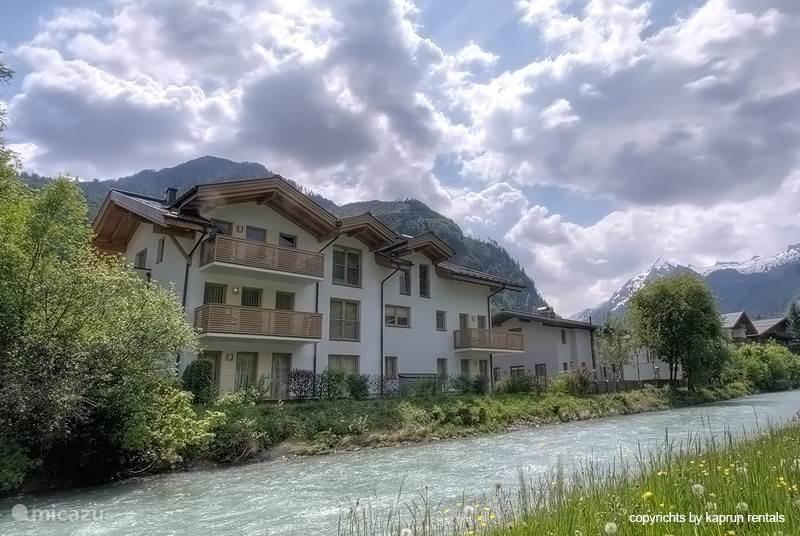 Residenz Kitzblick zonnig gelegen in het centrum van Kaprun. Vanaf de balkons heeft u een schitterend uitzicht op de Kitzsteinhorn en de omliggende bergen. De appartementen zijn op loopafstand van het gezellige centrum.