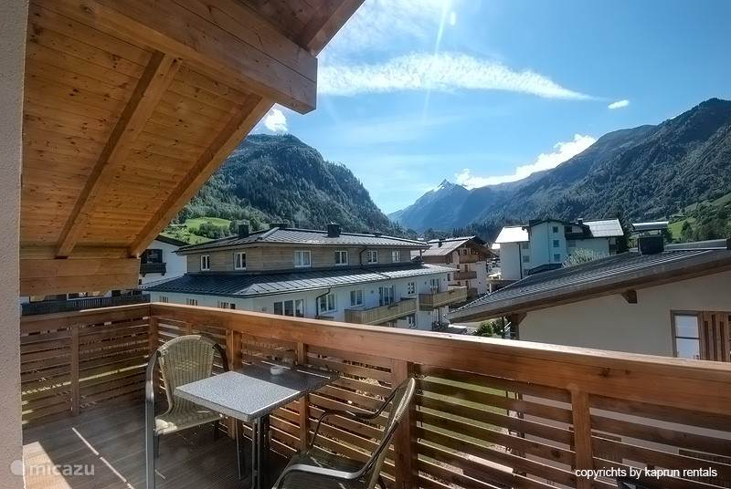 The apartment is right under the roof. The high ceilings give a spacious atmosphere to the apartment. From the living room you have direct access to the terrace, which offers a magnificent view of the Kitzsteinhorn.