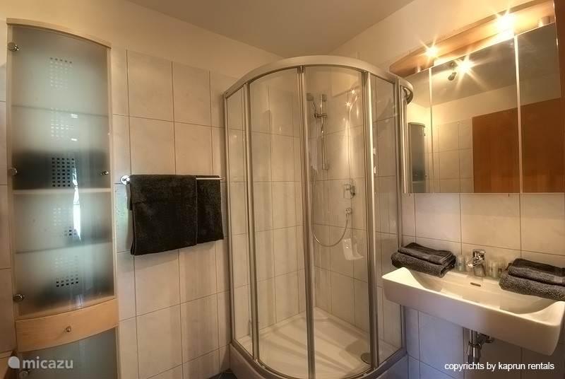 Appartement Top7, gelegen in Residenz Kitzblick, is een luxe drie kamer appartement met twee slaapkamers en twee badkamers.