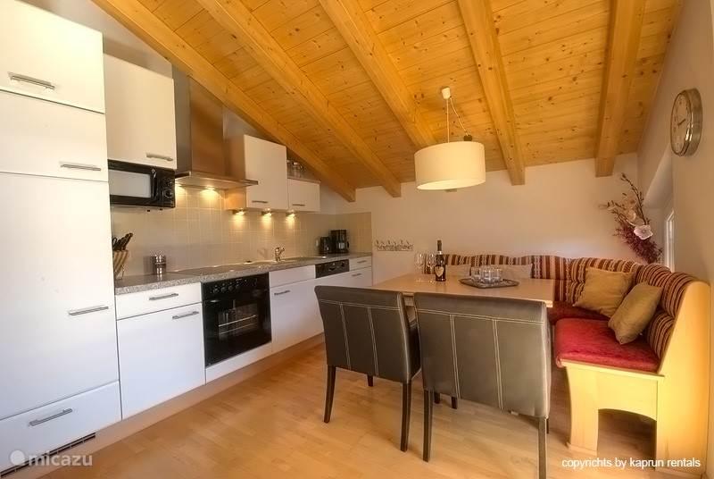 Het appartement is onder het dak gelegen, waardoor de hoge ruimtes een extra dimensie aan het appartement geven. Vanuit de ruime woonkamer heeft u direct toegang tot het terras, waar u een schitterend uitzicht heeft op de Kitzsteinhorn.