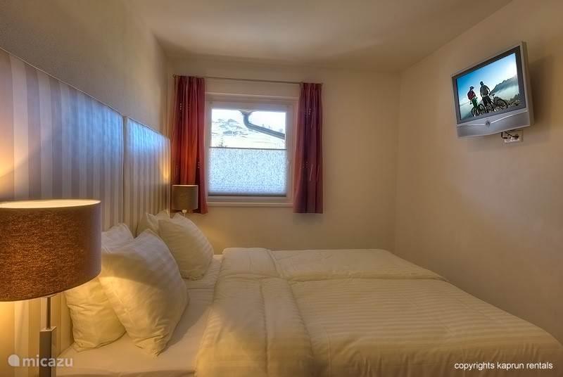 Er zijn twee slaapkamers en twee badkamers aanwezig en indien nodig kan er gebruik gemaakt worden van de slaapbank in de woonkamer.