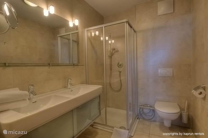 Er zijn 2 luxe badkamers.
