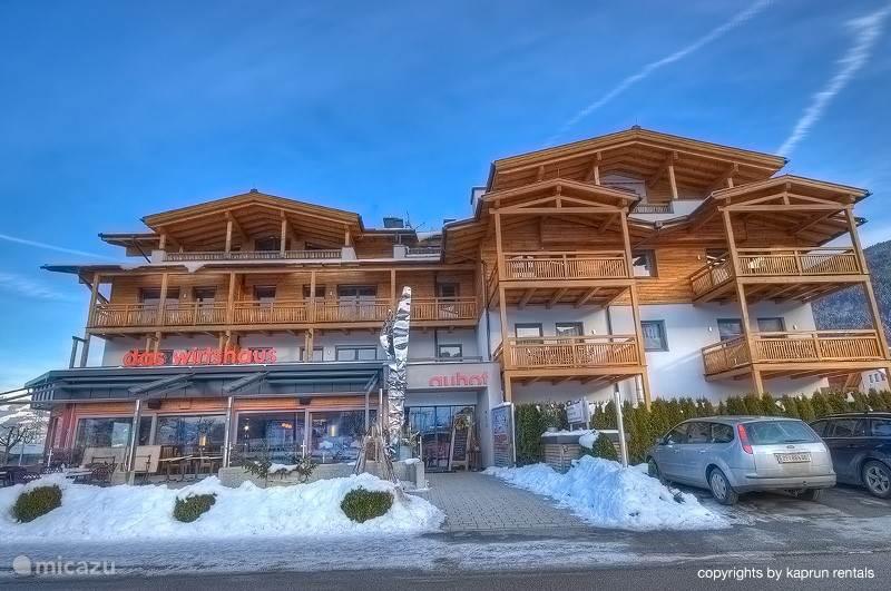 Het stijlvolle appartementencomplex ligt op loopafstand van het gezellige centrum van Kaprun. De skiliften van de lokale berg de Maiskogel liggen ook op loopafstand, net als alle andere voorzieningen zoals winkels, restaurants, bars, banken en postkantoor.