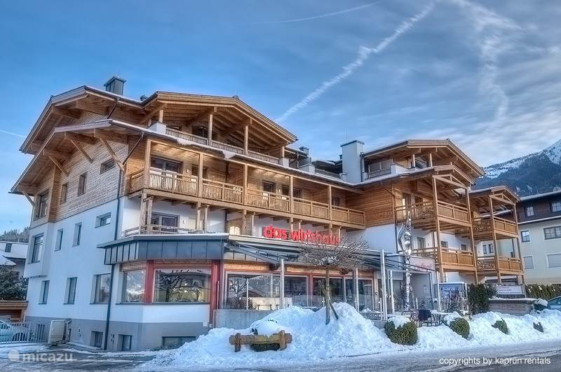 The stylish apartment complex is within walking distance from the centre of Kaprun. The ski lifts of the local mountain The Maiskogel are within walking distance as well, just like all other amenities such as shops, restaurants, bars, banks and the post office.